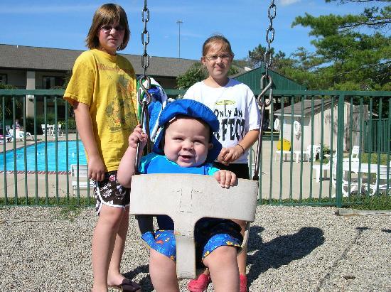Super 8 Mason : Kids enjoying the playground by the pool