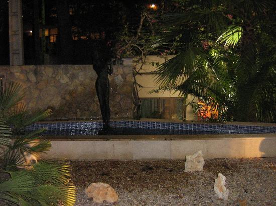 Hotel Morlans: Innenhof bei Nacht