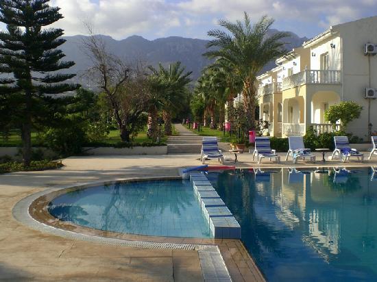 Mountain View Hotel & Villas : Pool, bungalows, view of mountains