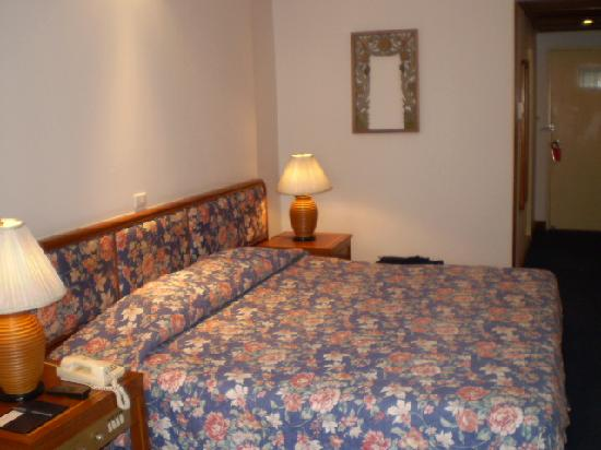 Check Inn Regency Park: Main Bed