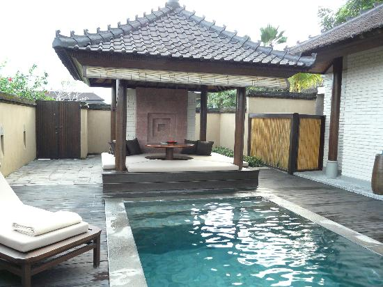 The Chedi Club Tanah Gajah, Ubud, Bali – a GHM hotel: Our villa pool and outdoor seating area