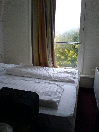 Vivaldi Hotel: Das Zimmer von der Tür aus gesehen...