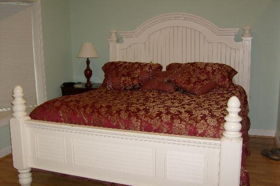 Acorn Hill Lodge and Spa: King size bed