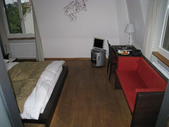 Plattenhof Hotel : desk and sofa