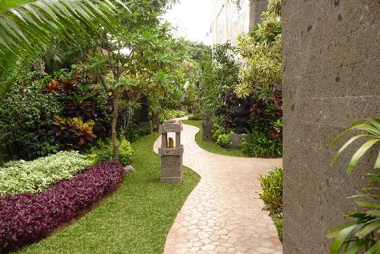 هوتل كومالا بانتاي: Garden walkway