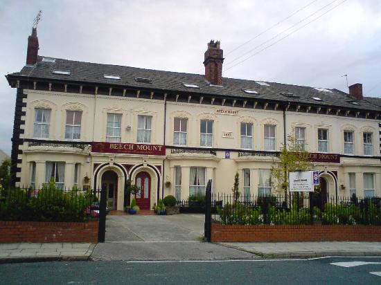 Beech Mount Hotel: facade de jour(à côté d'un terrain vague)