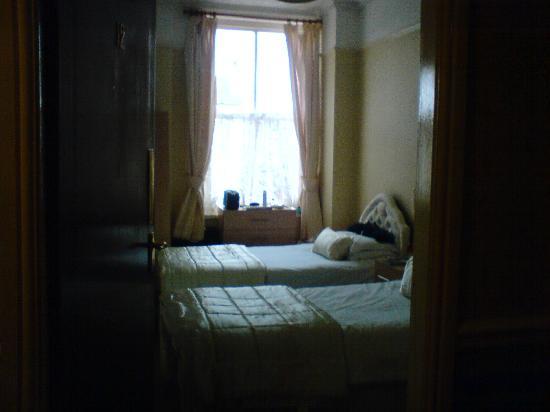 Beech Mount Hotel: chambre 12, vue de l'entrée.
