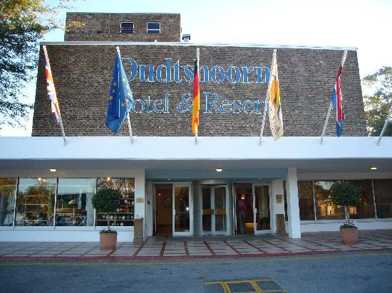 Oudtshoorn Inn Hotel and Conferencing Centre: Entrada del Hotel (algo americano)