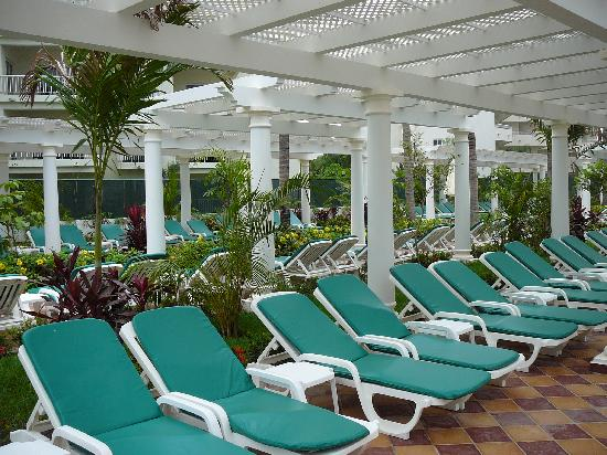 Hotel Riu Palace Pacifico: Plenty of Chairs Poolside