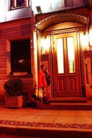 Pushka Inn Hotel: hotel door at nite