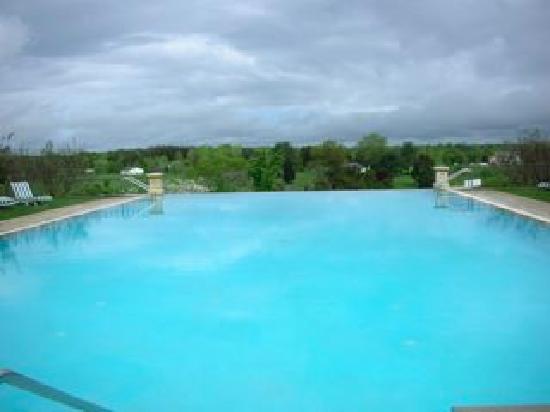 Keswick Hall: 山々を見渡せるプール