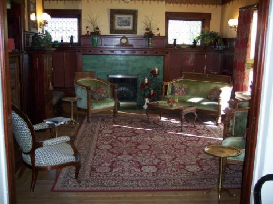 Antiquities' Wellington Inn: One of the living rooms