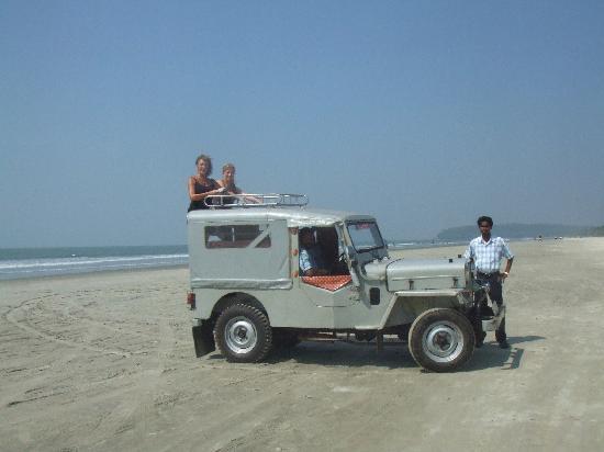 Muzhappilangad Drive-in Beach: Edakkad jeep on Drive-in Beach, Kerala