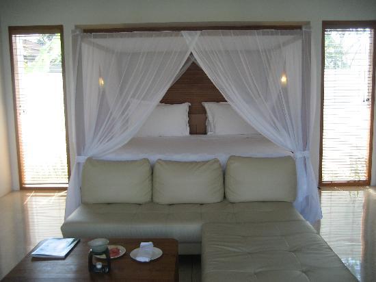 The Samaya Bali Seminyak: Our HUGE bed!