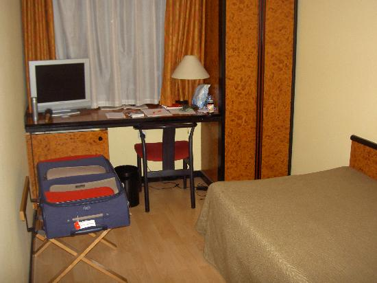 Hotel Glories : Looking towards the window, the wardrobe is on the right with a small safe in it.