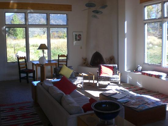 Adobe & Stars Bed and Breakfast Inn of Taos: Entry to large living/common room