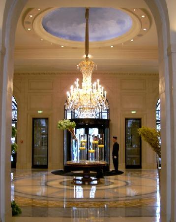โรงแรมโฟร์ ซีซั่น จอร์จ ไฟฟ์ ปารีส: エントランスを入るとそこはリュクスな世界