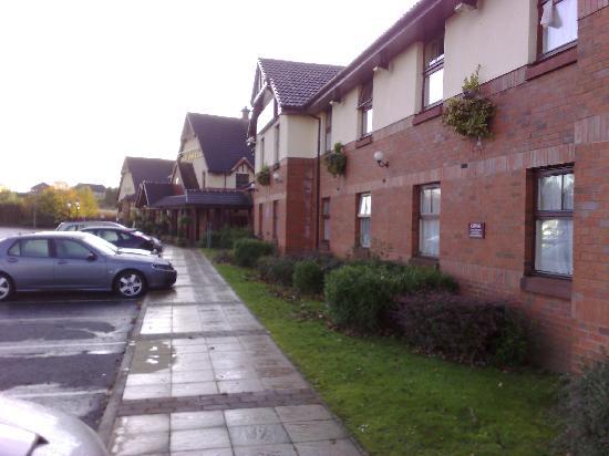 Premier Inn Glasgow (Bellshill) Hotel: outside the hotel