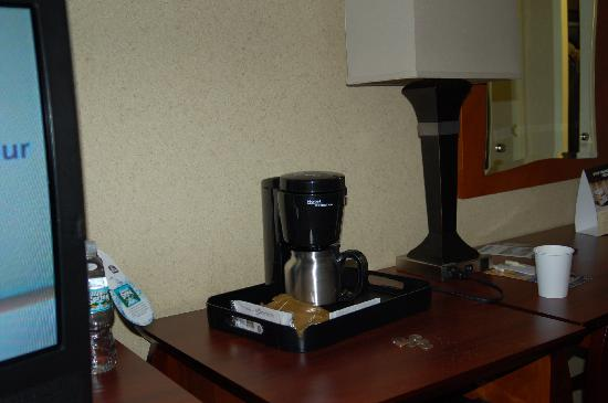 BEST WESTERN PLUS Robert Treat Hotel: Coffee maker