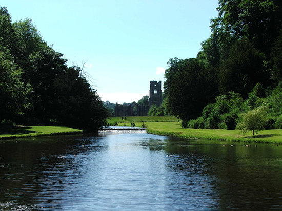 ‪‪Fountains Abbey and Studley Royal Water Garden‬: View from the lake‬