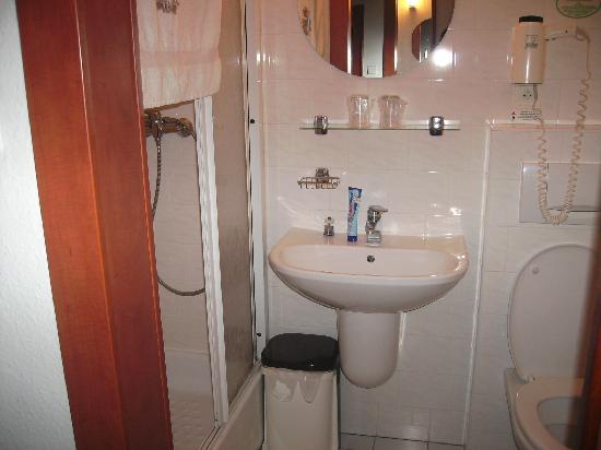 Das Kleine Mini Badezimmer - Picture Of Hotel Olympik Tristar ... Mini Badezimmer
