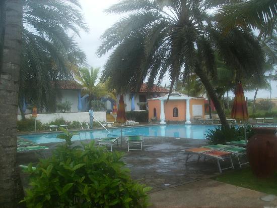Tropical Refuge : Vista a la piscina principal entrda al hotel