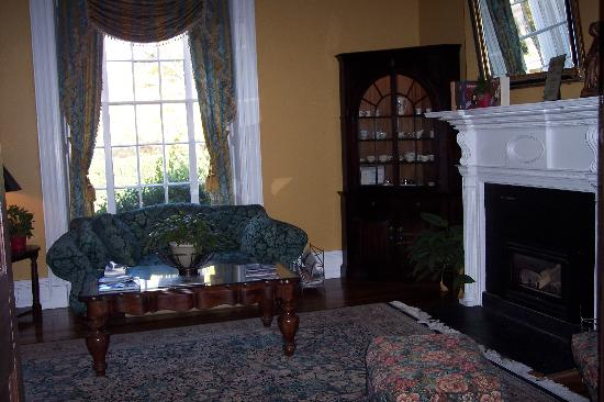 Hampton Inn Lexington - Historic District: front parlor in historic part of hotel