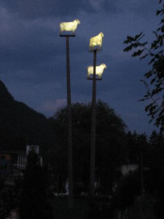 Hotel Lodenwirt: Glow in the dark sheep on poles