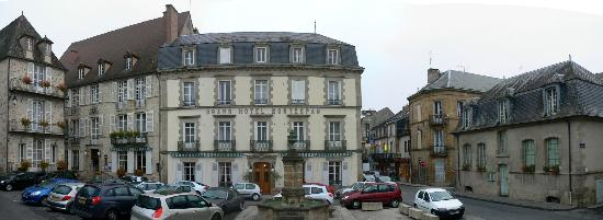 Bourbon-l'Archambault, Frankrike: Hotel Front Entrance, note it's three houses all linked together