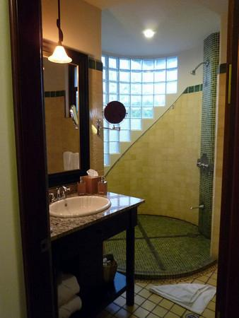 Arenas del Mar Beachfront & Rainforest Resort: Big bathroom.