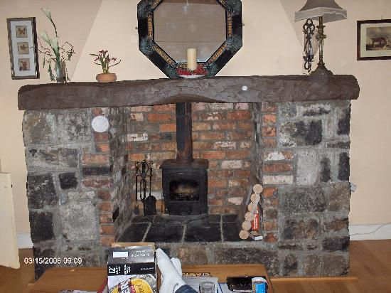 Dangan Lodge Cottages: Big fireplace