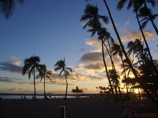 Île d'Hawaï, Hawaï : Tramonto sulla spiaggia di Honolulu