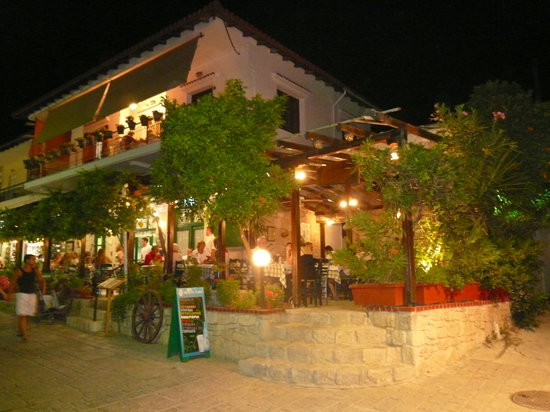 Afitos, Grecja: Christos Restaurant by Night