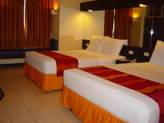 Microtel Inn & Suites by Wyndham Davao : Nice, clean, modern room. Best of all, you get 2 King-sized beds!