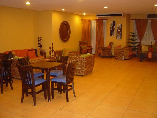 Microtel Inn & Suites by Wyndham Davao: Chic & cosy hotel lobby. Home away from home...