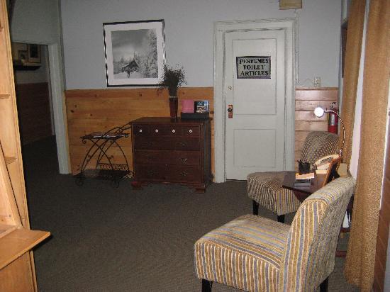 Waybury Inn: upstairs sitting area/morning coffee service