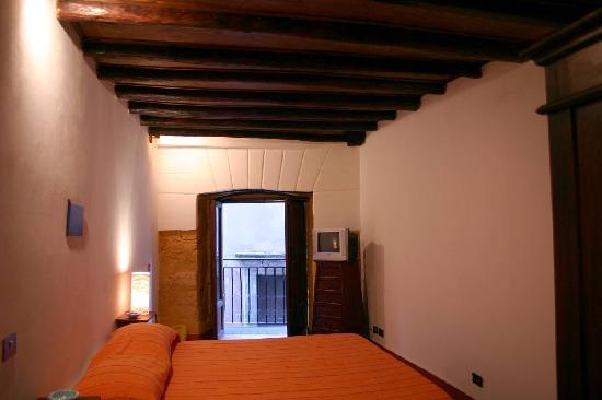 La chambre avec le petit balcon qui donne sur l'église de San Francesco