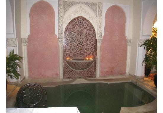 Riad Calista : le bassin et ses zelligs