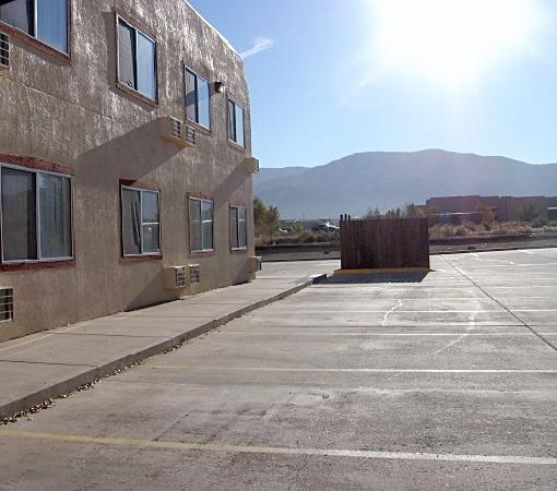 Days Inn Taos : The mountains were beautiful and the parling lot is big. Trailers welcomed.