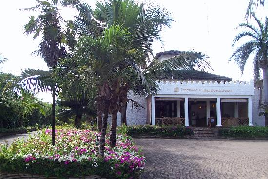 Pinewood Beach Resort & Spa: Front Entrance