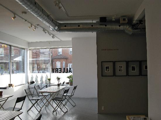 INDEXG B&B: The main gallery, where breakfast is served