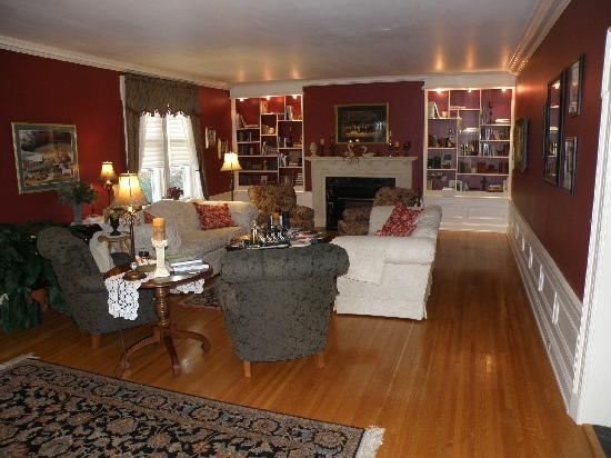 A G Thomson House Bed and Breakfast : Elegant decor in sitting room a & throughout.