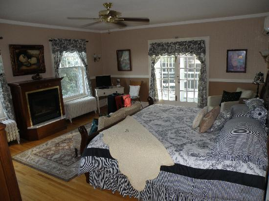 A G Thomson House Bed and Breakfast: Huge room with King bed & ensuite bath.