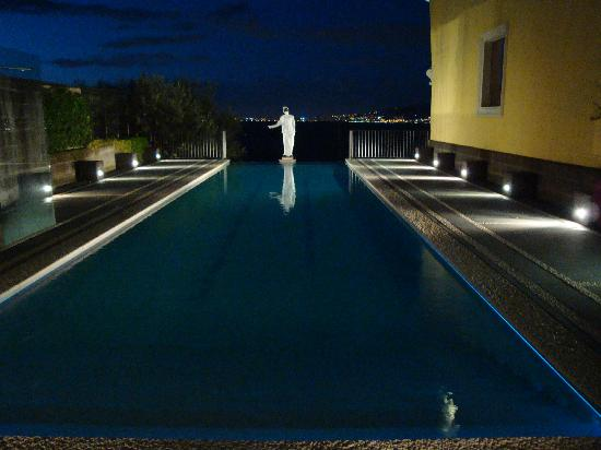 Grand Hotel Angiolieri : the infinity pool with a very cool statue
