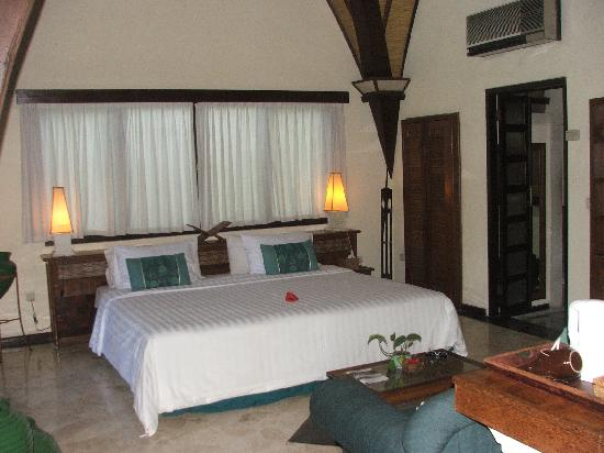 Hotel Vila Lumbung: huge bed