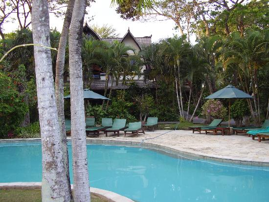 Hotel Vila Lumbung: pool with bungalow in rear