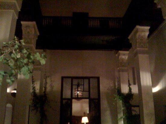 Riad Dixneuf La Ksour : La cour centrale de nuit