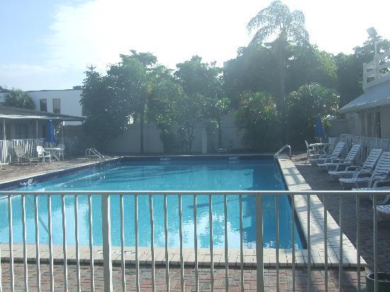 Days Inn by Wyndham Miami Airport North: Pool area