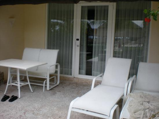 Presidente Inter-Continental Cozumel Resort & Spa : patio, we never go t to use due to the thick mosquitoes
