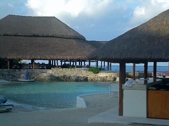 Presidente Inter-Continental Cozumel Resort & Spa : one of the beach areas, bar and outdoor cafe